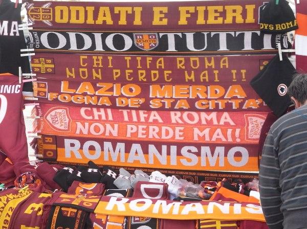 Bufandas de los tifosi antes del encuentro de la Roma contra la Lazio.Foto R.Puig.