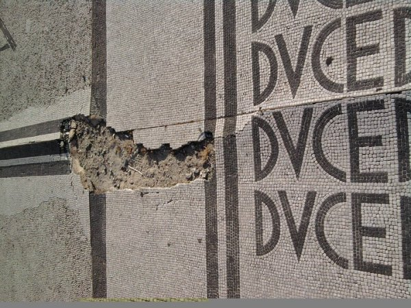 En honor del Duce. Mosaicos fascistas. Estadio olimpico. Roma.Foto R.Puig.