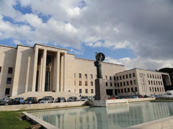 Minerva frente a la fachada de La Sapienza. Foto R.Puig.