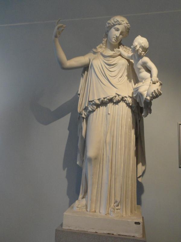Plutón niño en brazos de Irene. Gipsoteca de Roma. Foto R.Puig.
