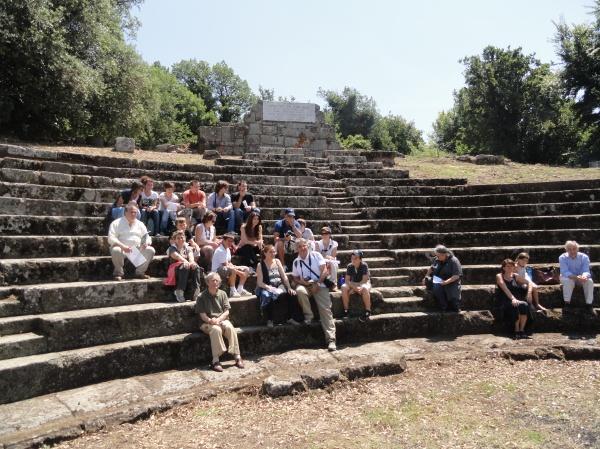 Nuestro grupo en el teatro romano de Tusculum. Foto R.Puig