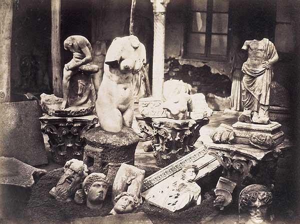 Afrodita de Cherchell  y otros fragmentos.Foto de Felix Moulin. L'Algerie photographiée, 1856-57 (Biblioteca  del castillo de Fointainebleau)