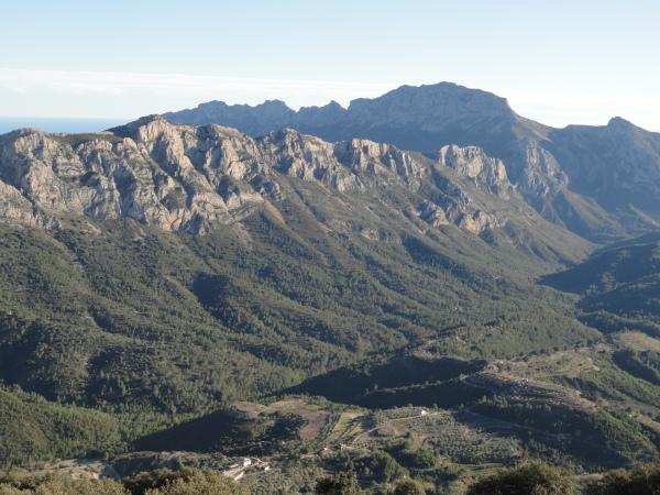 La sierra del Ferrer tras las cimas de Bernia. Foto R.Puig