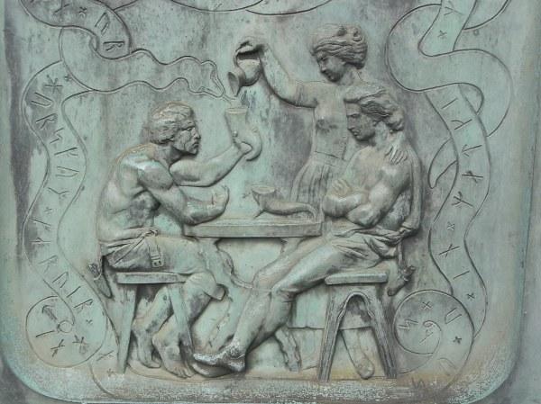 Dos colegas beben juntos.Bajorrelieve.J.P.Molin.Foto R.Puig