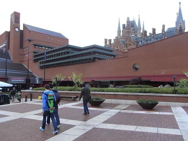 La British Library con las torres de Saint Pancras.Foto R.Puig