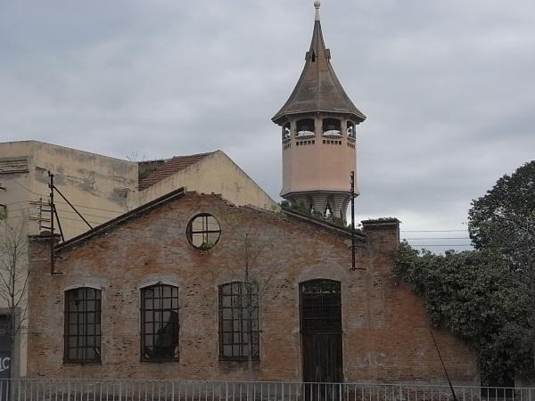 La torre del agua tras las ruinas del pasado industrial .Foto R.Puig