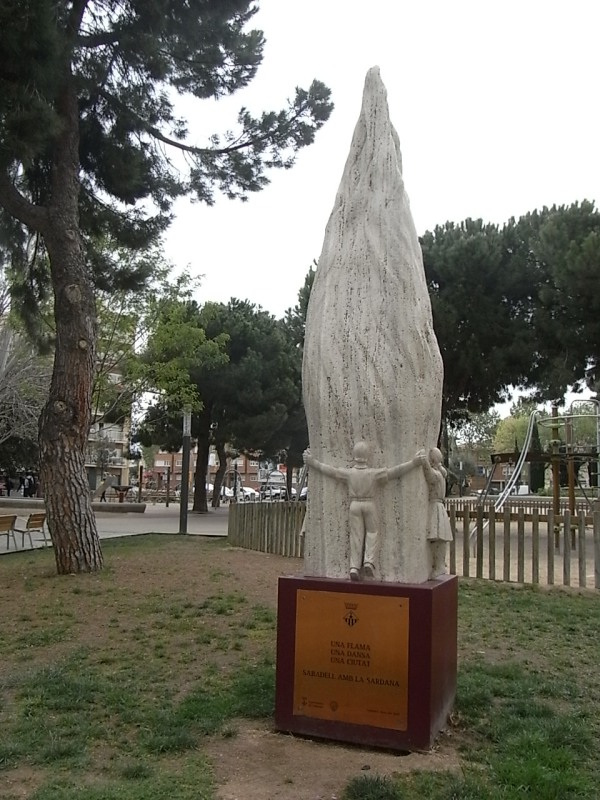 Monumento a la sardana.Plaza del alcalde Marcet.Foto R.Puig