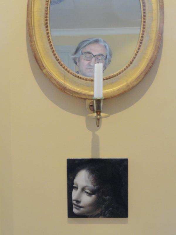 Ante el óleo de Ylva Ogland,1997,  inspirado en el ángel de la Virgen de las rocas de Leonardo.Sven Harris Museet. Estocolmo. Foto R.Puig JPG