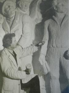 Carl Eldh modelando el monumento a Branting en su taller