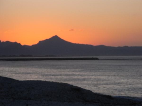El sol se ha puesto por el  oeste de la Almadraba. Foto R.Puig.