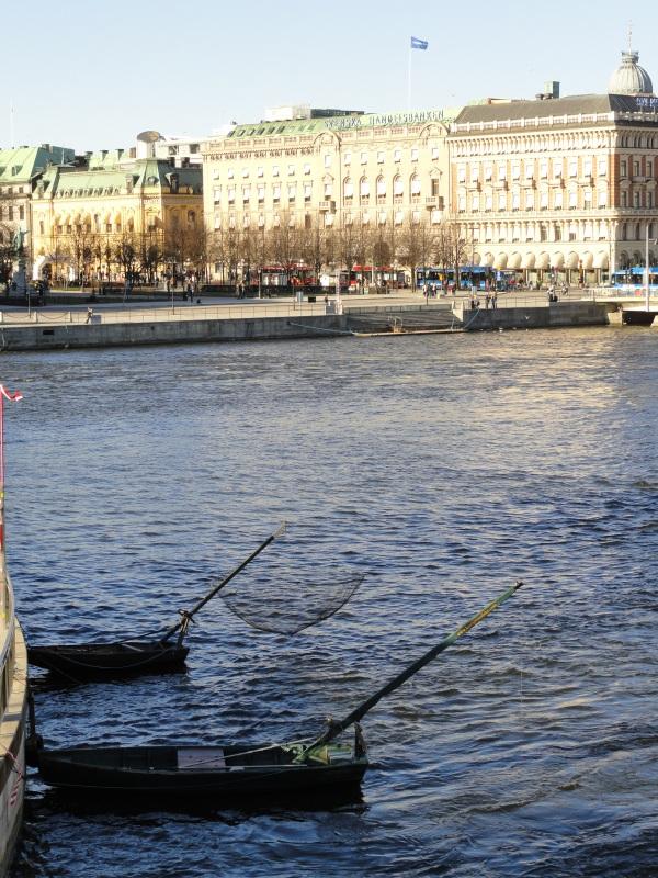 Pesca a la atarraya bajo el Norrbron.Estocolmo. Foto R.Puig