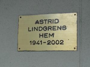 Placa en el portal de la casa de Astrid Lindrgens, la creadora de Pippi Långstrump. en Vasastan. Estocolmo. Foto R.Puig