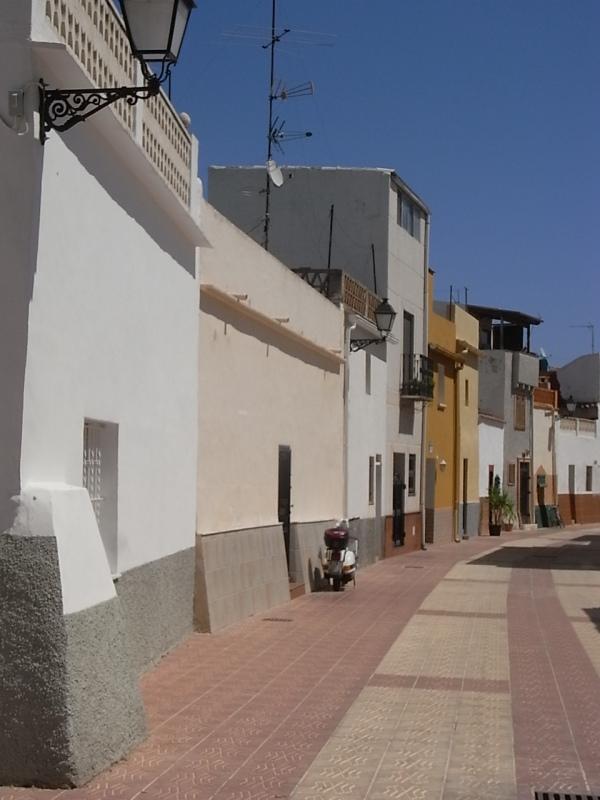 Antiguas casas con parapetos contra inundaciones. Els Poblets. Foto R.Puig.