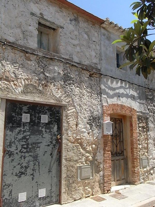 Arco de medio punto parcialmente destruido en una casa del conjunto clasificado de la torre medieval de Mira-rosa. Els Poblets. Foto R.Puig.