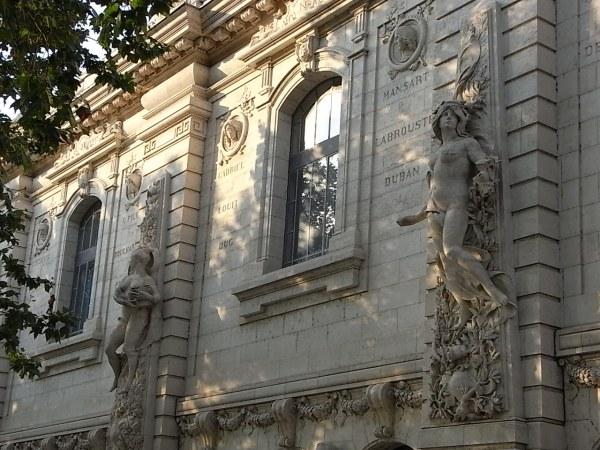 Fachada neoclasica con esculturas simbolistas. Escuela de Bellas Artes. Toulouse. Foto R.Puig.