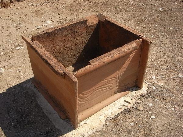 Recipiente de tejas para aamsar arcilla.Alfar romano. Els Poblets. Foto R.Puig.