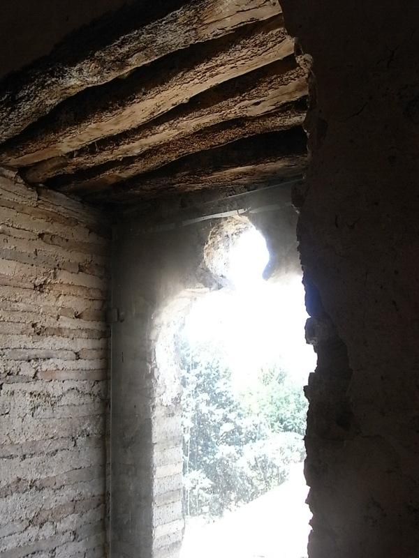 Ventana trilobulada.Torre medieval de Mira-rosa. Els Poblets. Foto R.Puig.