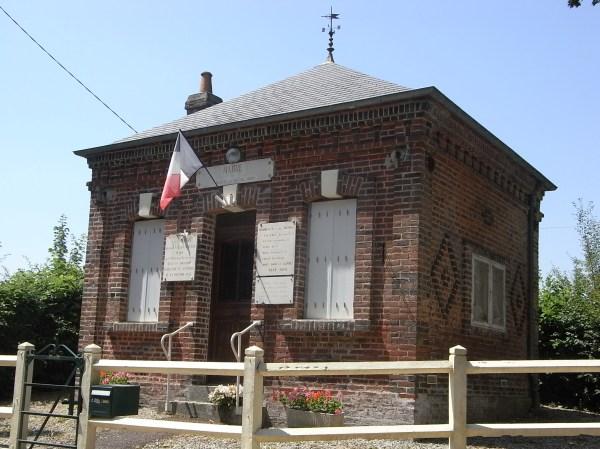 Caracteristico ayuntamiento normando en Saint Martin du Mesnil Oury. Foto R.Puig.