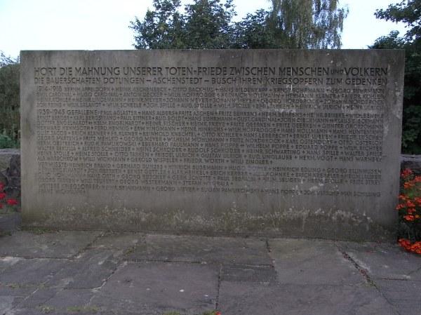Monumento a los soldados del pueblo muertos en la I y la II guerras mundiales.Dotlingen. Foto R.Puig.