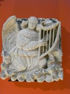 Virgen y niño con angeles músicos. El angel arpista.s.XVI. Les Augustins. Foto R.Puig.