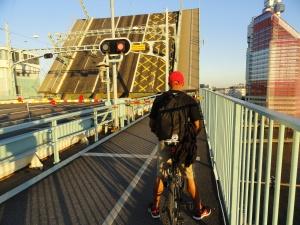 Apertura del puente levadizo sobre la ría de Gotemburgo. Foto R.Puig.
