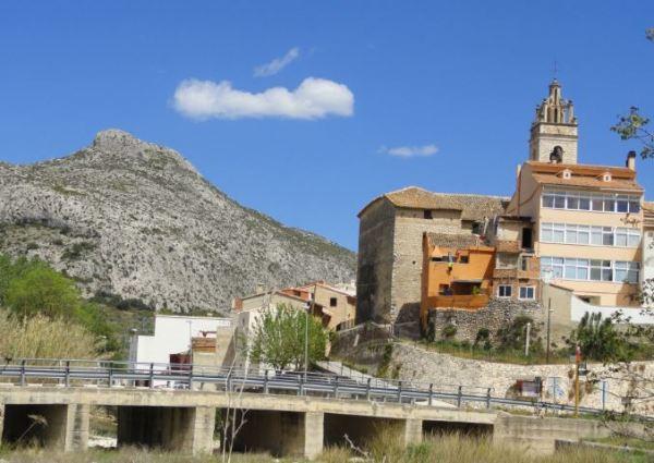El puente sobre el Girona y el Tossal del Pelat. Foto R.Puig.