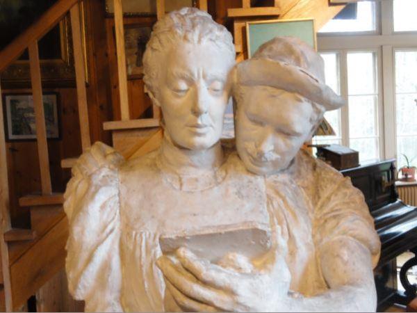 Bruce William con Catalina su mujer. Escultura obra de ella. Brucebo. Gotland.
