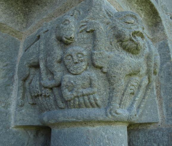 Capitel romanico. El alma entre el Cordero y la Bestia. Iglesia de Lau. Gotland. Foto R.Puig