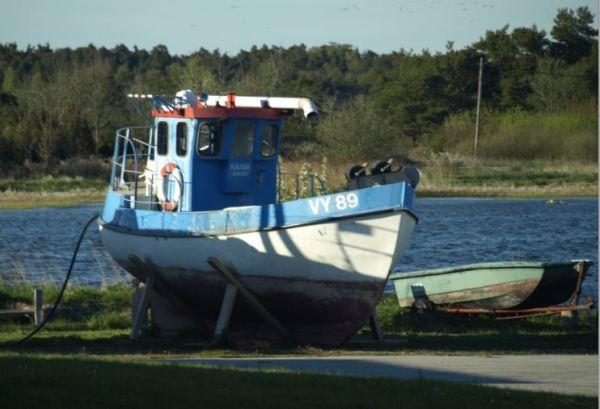 El barco con su barca en Ronehamn. Foto R.Puig