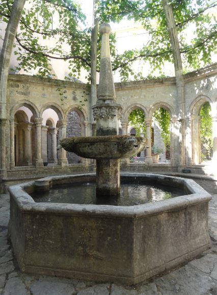 Abadía de Valmagne.  La fuente del claustro. Foto R.Puig
