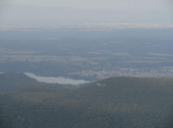 Bañolas y su lago desde la cima de Rocacorba.  Foto R.Puig