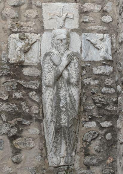 Bajorrelieve de la tumba de Guillaume Gaucelme en la abadía de Santa María en Arles sur Tech.  Foto R.Puig