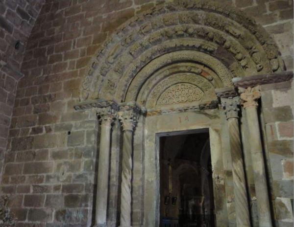 Coustouges. El pórtico en el nártex de la iglesia. Foto R.Puig
