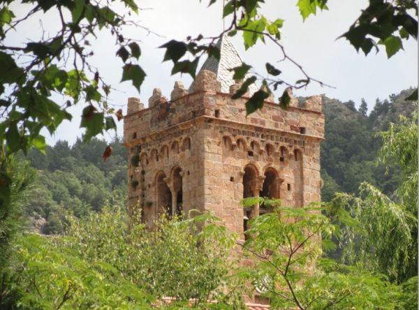 Coustouges. La torre de su iglesia del siglo XI. Foto R.Puig