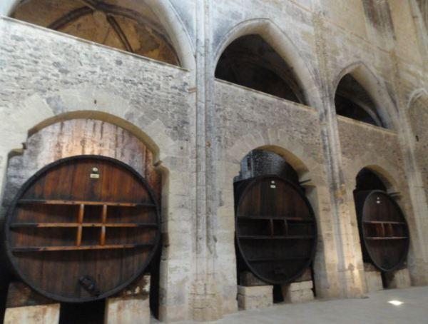 Cubas gigantes del siglo XIX en la nave central de la iglesia. Foto R.Puig