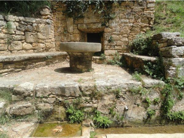 La fuente medieval del Can Puig de la Bellacasa en Bañolas. Foto R.Puig