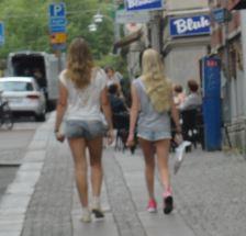 À l'ombre des jeunes filles en short.  Foto R.Puig