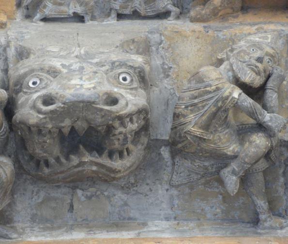 Catedral de Oloron Sainte Marie. El monstruo y el obispo. Portico. Foto R.Puig