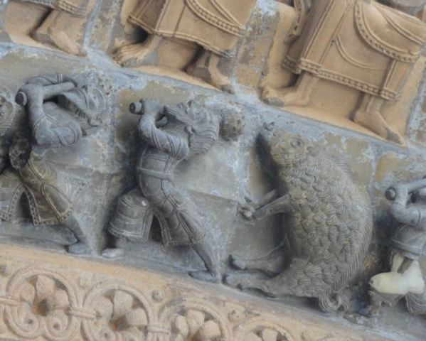 Catedral de Oloron Sainte Marie. La caza del jabalí. Portico. Foto R.Puig