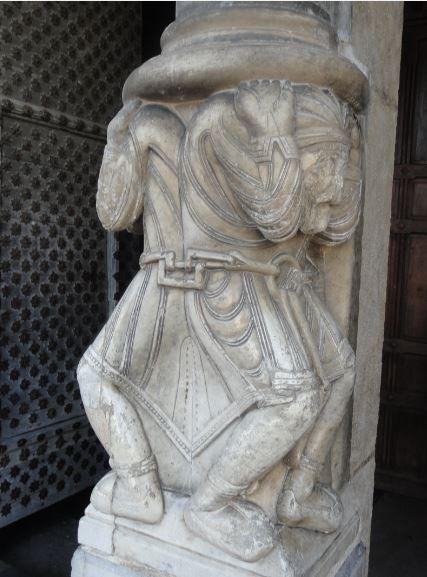 Catedral de Oloron Sainte Marie. Nartex. Los atlantes del parteluz. Foto R.Puig
