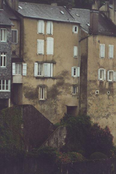 Fachada posterior de la casa donde fallecieron los padres de Jules Supervielle. Foto R.Puig