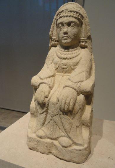Figura iberica de mujer sentada. Museo Arqueológico Nacional. Madrid. Protohistoria. Foto R.Puig
