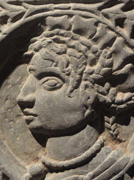 La Colegiata de    Lobbes.  Tumba de abad. Detalle. Posible cacique o sacerdote mesoamericano. Foto R.Puig