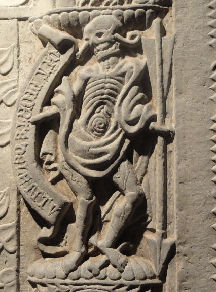 Colegiata de  Lobbes.  Tumba de abad. Detalle. Corrupción tras la muerte. Foto R.Puig