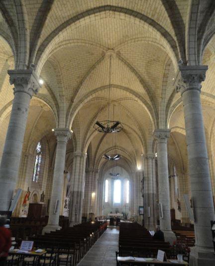 Nave central de la iglesia de Sainte Maure de Touraine. Foto R.Puig