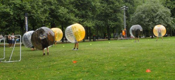 Pelotudos jugando al fútbol.  Foto R.Puig