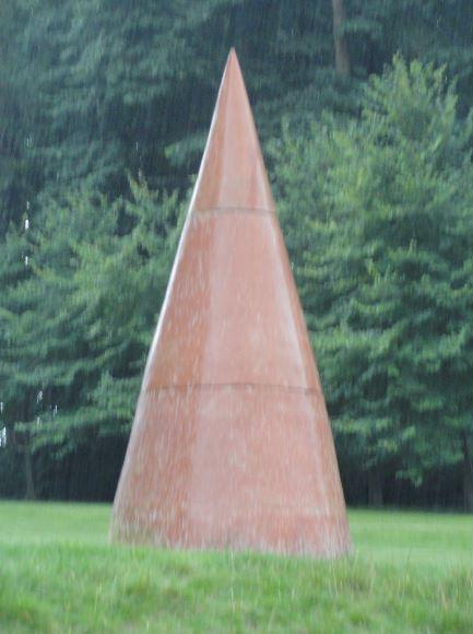 Seneffe. Cono de Mauro Staccioli bajo la lluvia. Foto R.Puig