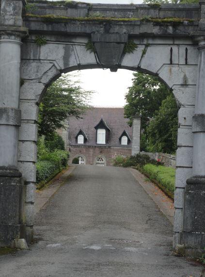 Entrada de los dominios de Pro Maria. Chateau de Beauraing.Foto R.Puig