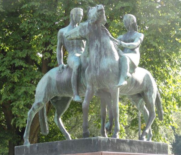 Vamos de paseo.  Escultura de Wäinö Aaltonen.  Foto R.Puig