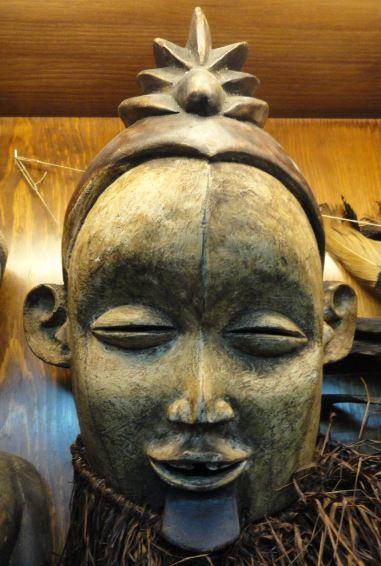 Mascara del pueblo Suku.  Colección Fernando Cardenal. Foto R.Puig